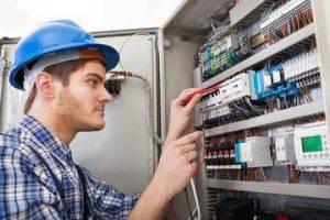 eletricista de reparos elétricos.